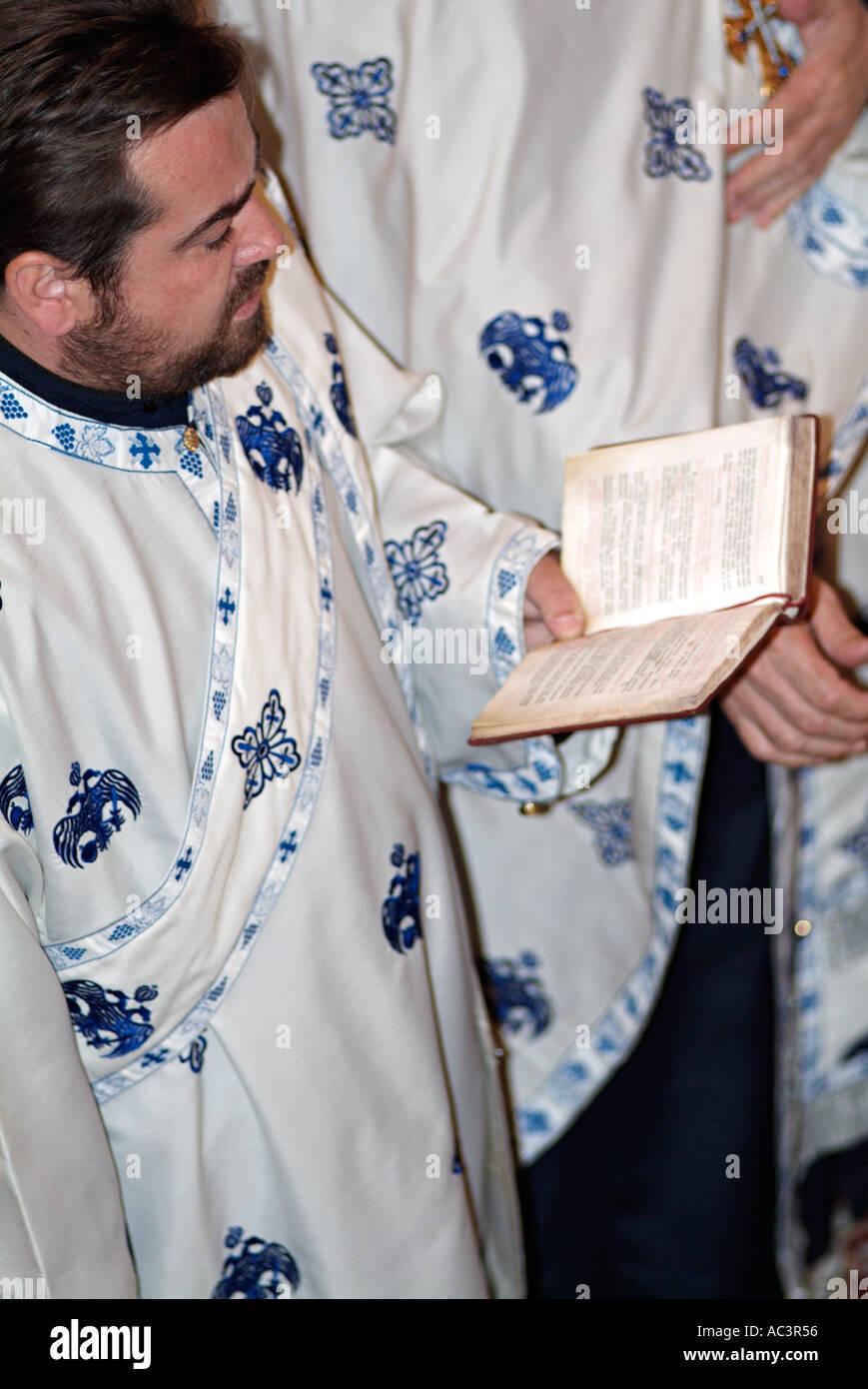 Prêtre orthodoxe, lecture de la Bible au cours d'un service Photo Stock