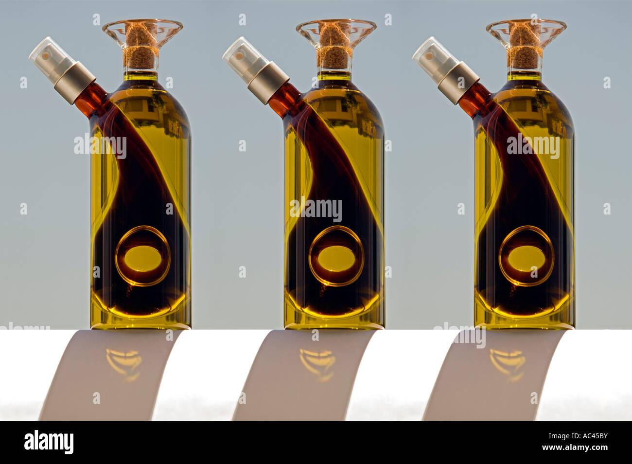 Une ligne de trois burettes en verre soufflé. Alignement de trois sets huilier et vinaigrier en verre soufflé. Photo Stock