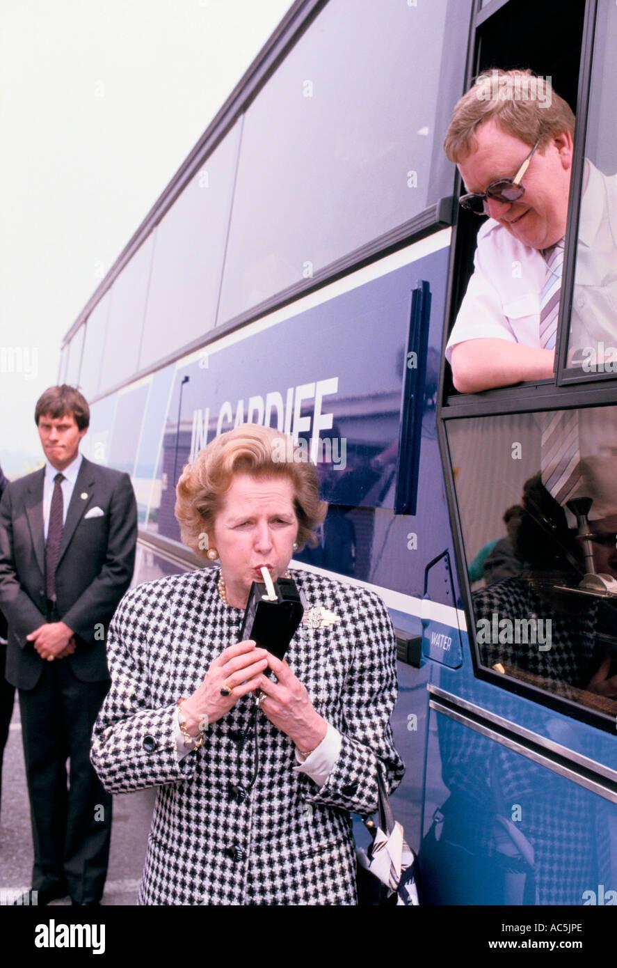 MARGARET THATCHER SUR LA CAMPAGNE ÉLECTORALE EN 1987 TEST D'UN KIT d'Alcootest 1987 Banque D'Images
