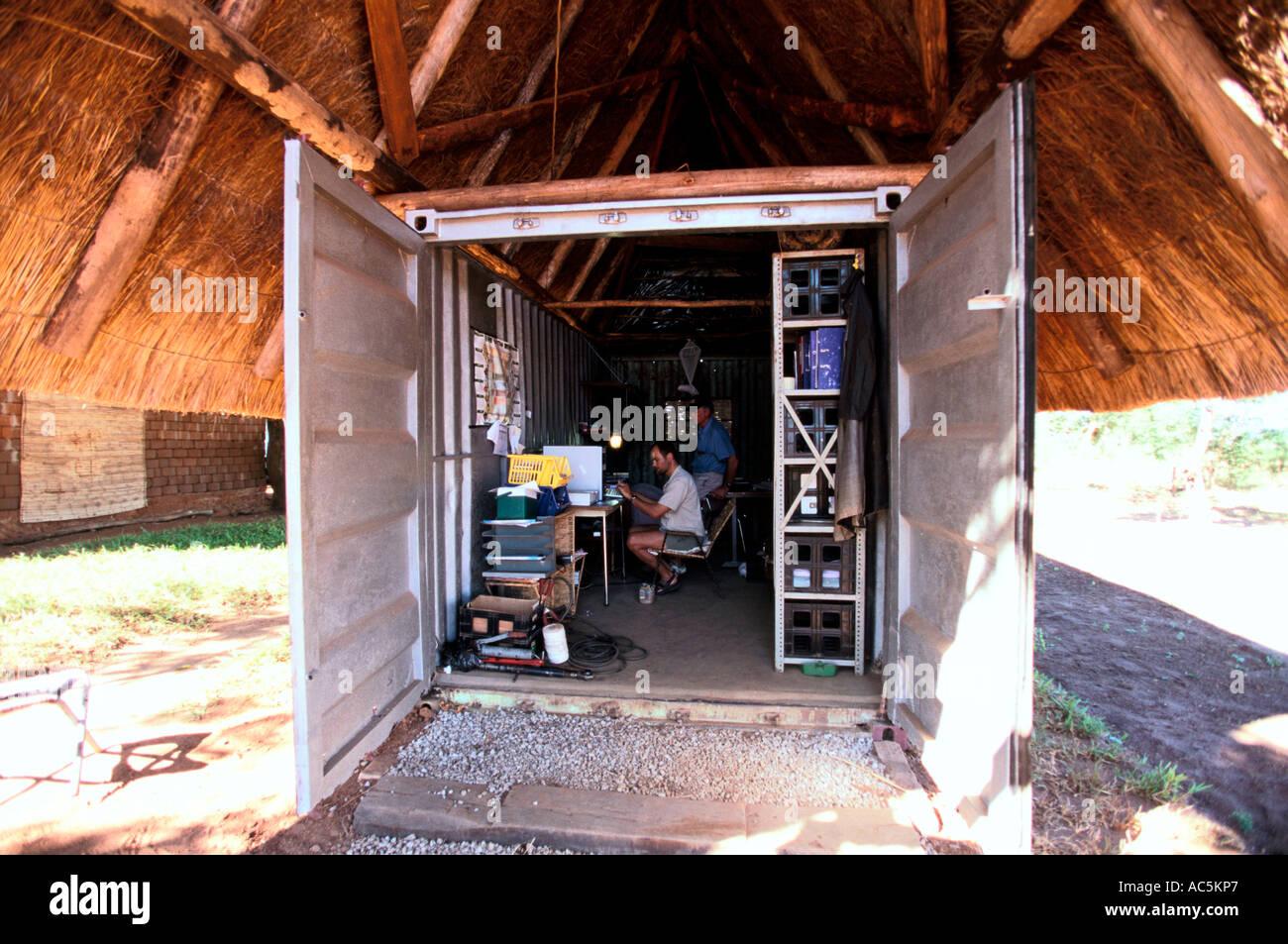 Ancien agriculteur zimbabwéen blanc travaille à l ordinateur dans