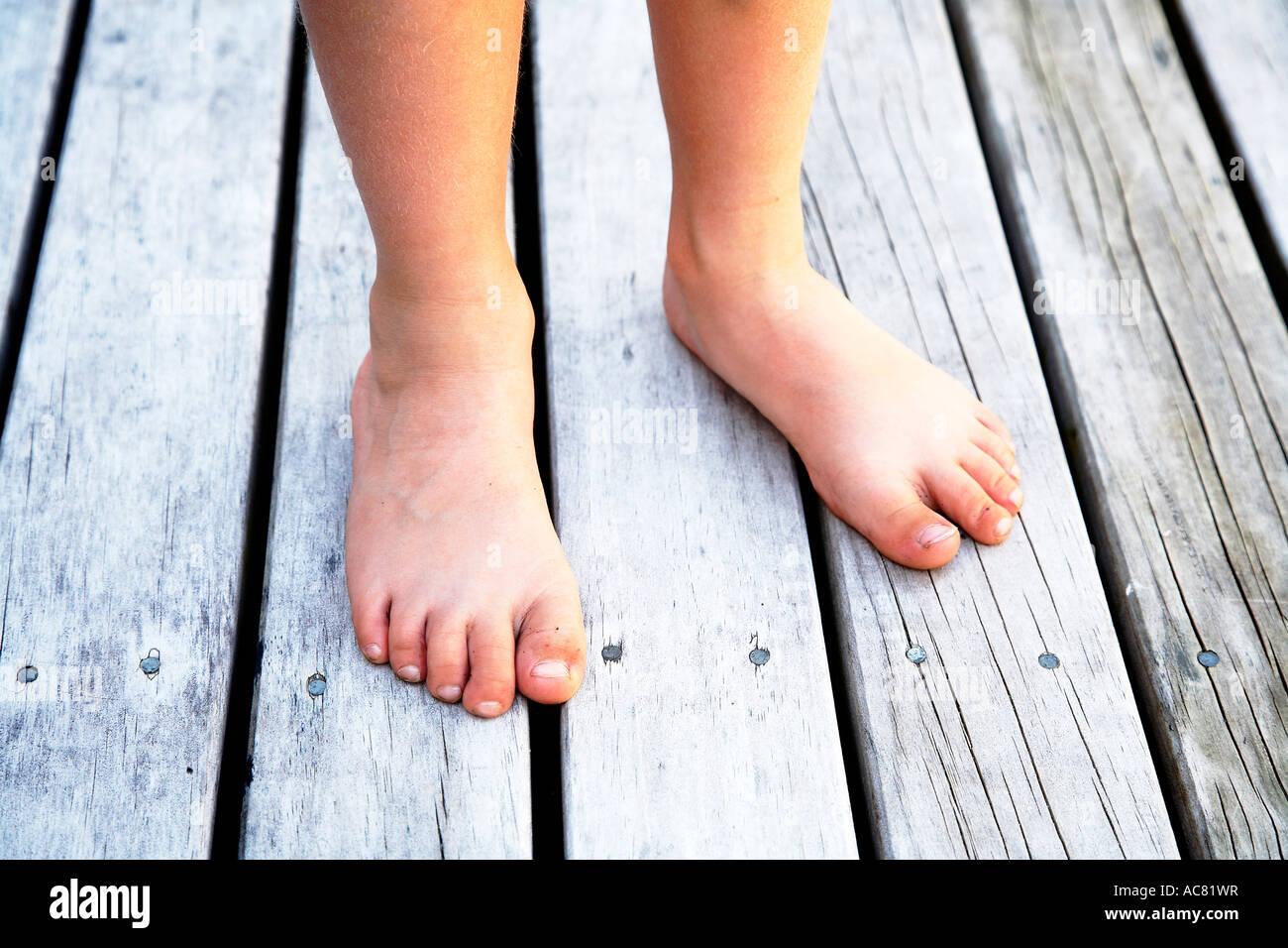Garçon de 7 pieds nus Photo Stock