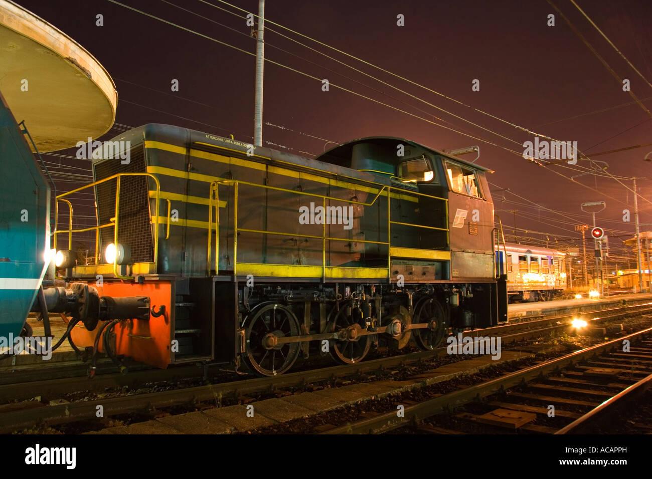 Locomotive diesel manœuvres à la gare de Pise, soirées, Pise, toscane, italie Photo Stock