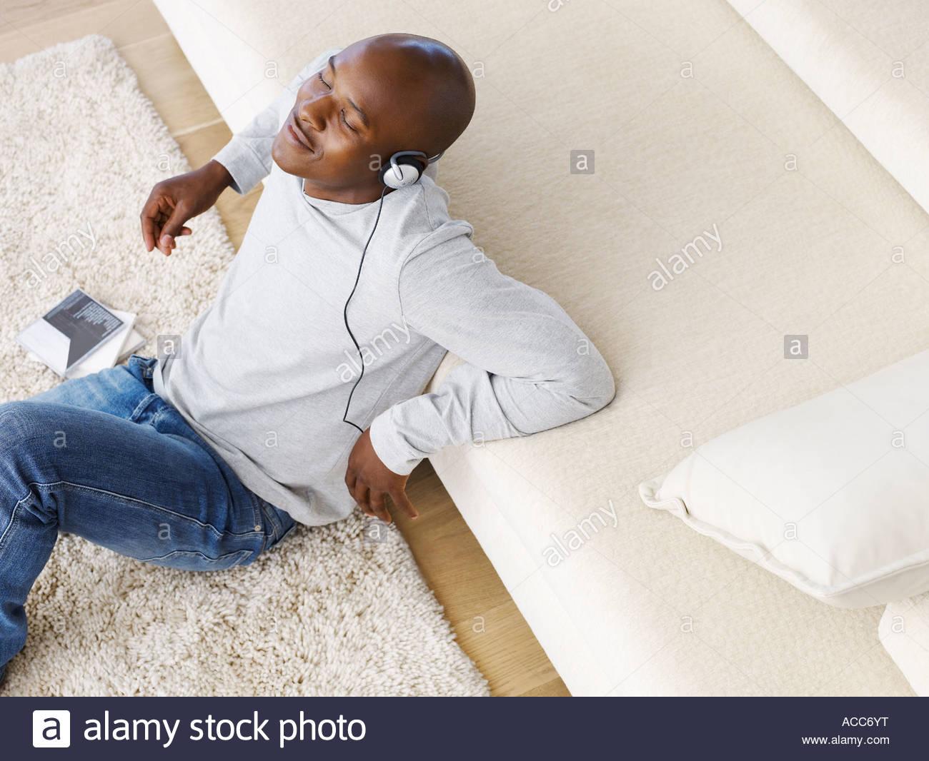 L'homme écoute de musique portant des écouteurs Photo Stock