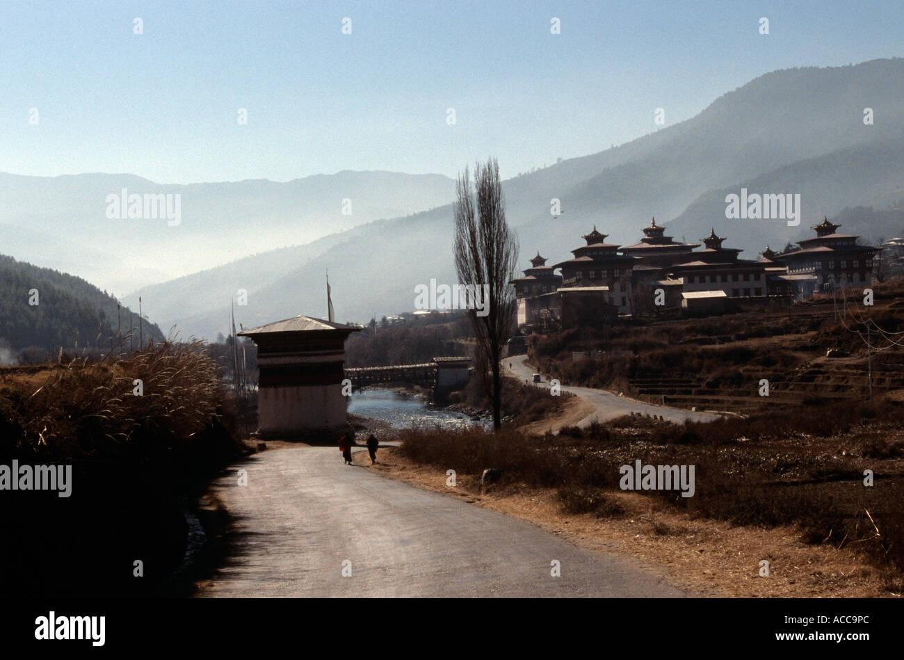 Vue d'Tashichho Dzong (Thimphu Dzong) dans la région de Misty vallée rurale, le Bhoutan, l'Asie du Sud Photo Stock