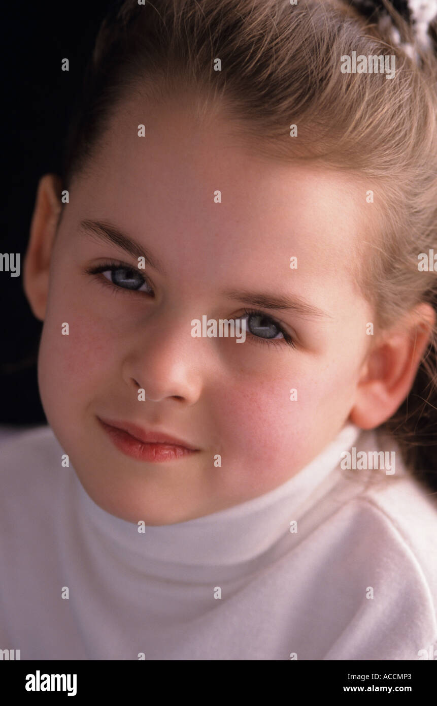 Jeune fille 7 ans portrait avec caméra à examiner sérieusement le lac Pleasant Bothell Washington State USA MR Photo Stock