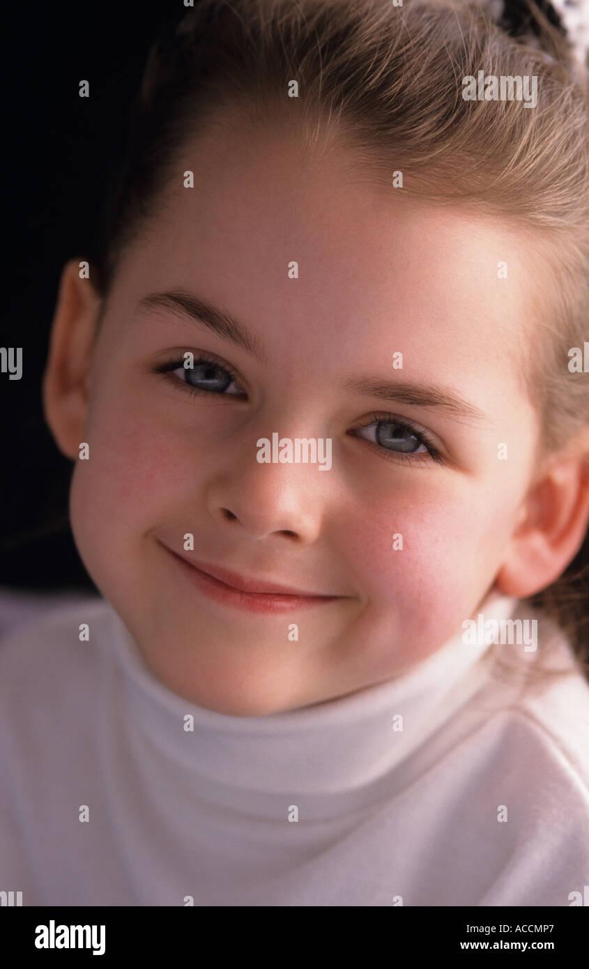 Jeune fille 7 ans portrait smiling at camera Lake Pleasant Bothell Washington State USA MR Photo Stock