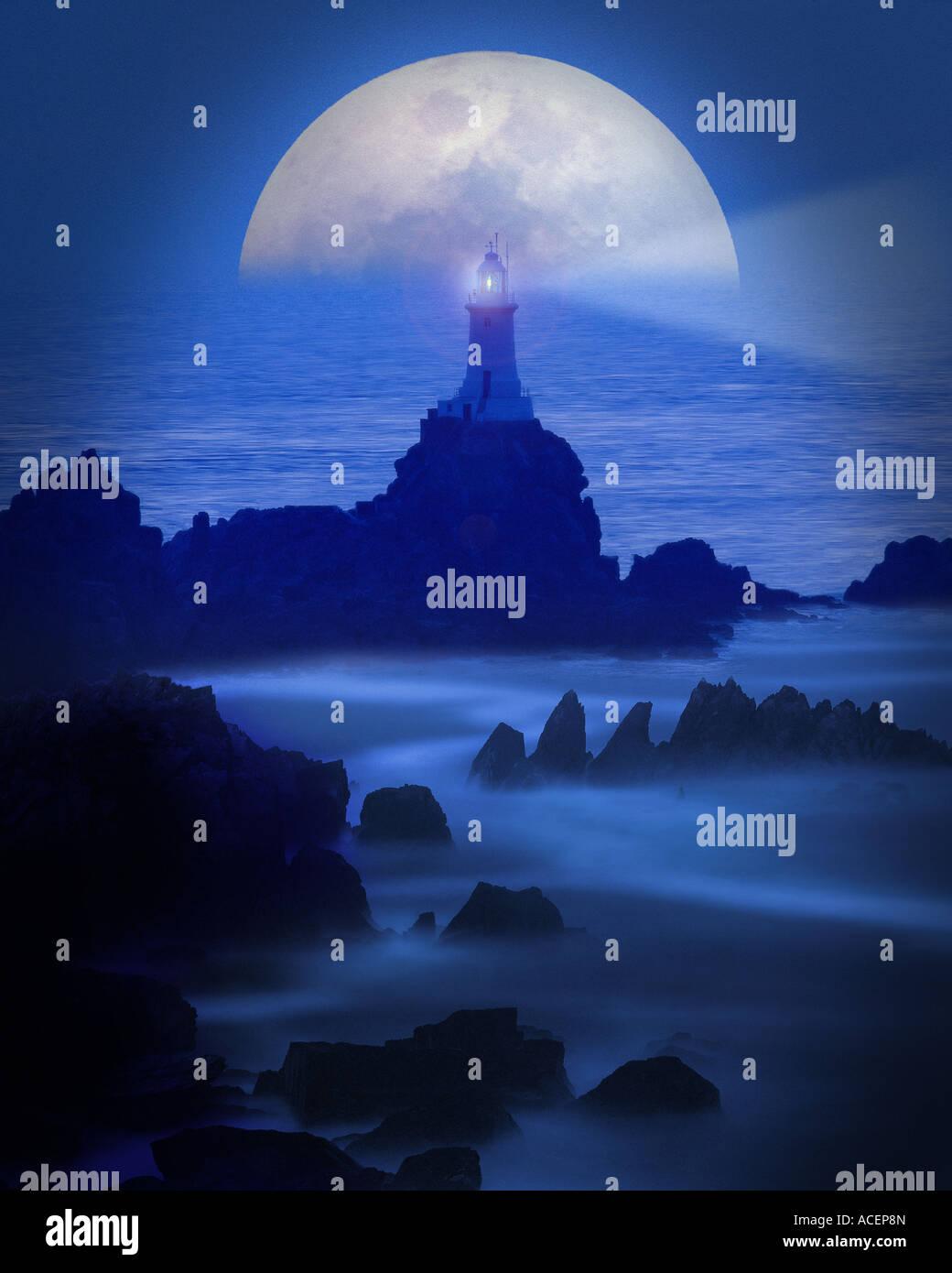 Fr - jersey: lune sur la corbiere lighthouse Photo Stock