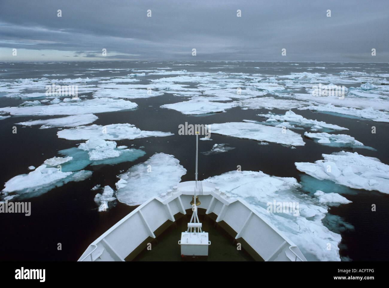 Navire navigue banquise Arctique Photo Stock