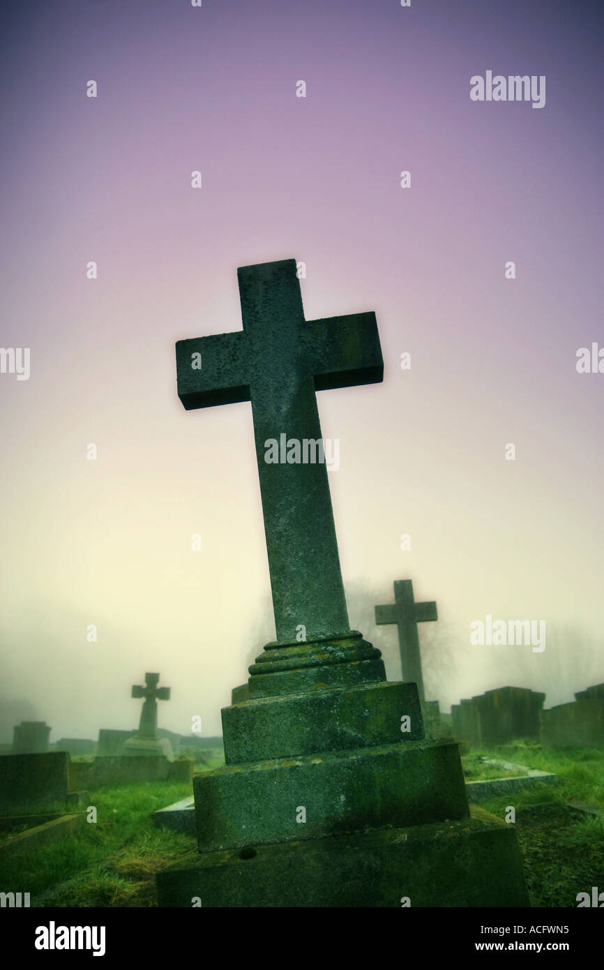 Photo d'une croix dans un cimetière Banque D'Images