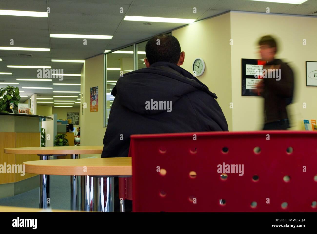 Une personne sans emploi à la recherche d'un emploi en attente dans un bureau d'emploi Photo Stock