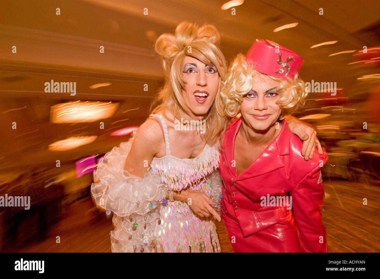 Un couple de Drag Queens à un salon du mariage gay à Brighton East Sussex England Photo Stock
