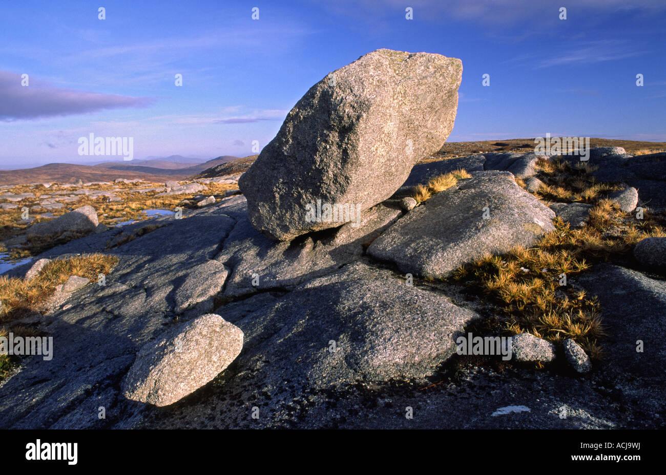 Bloc erratique de granite près du sommet d'Moylenanav, montagne montagnes Glendowan, comté de Donegal, Photo Stock
