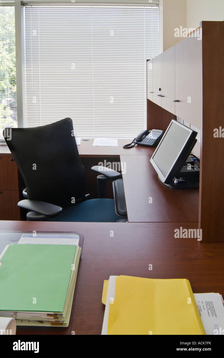 Bureau avec chaise de bureau pur Stores Fenêtre Moniteur Ordinateur à écran plat Téléphone Photo Stock