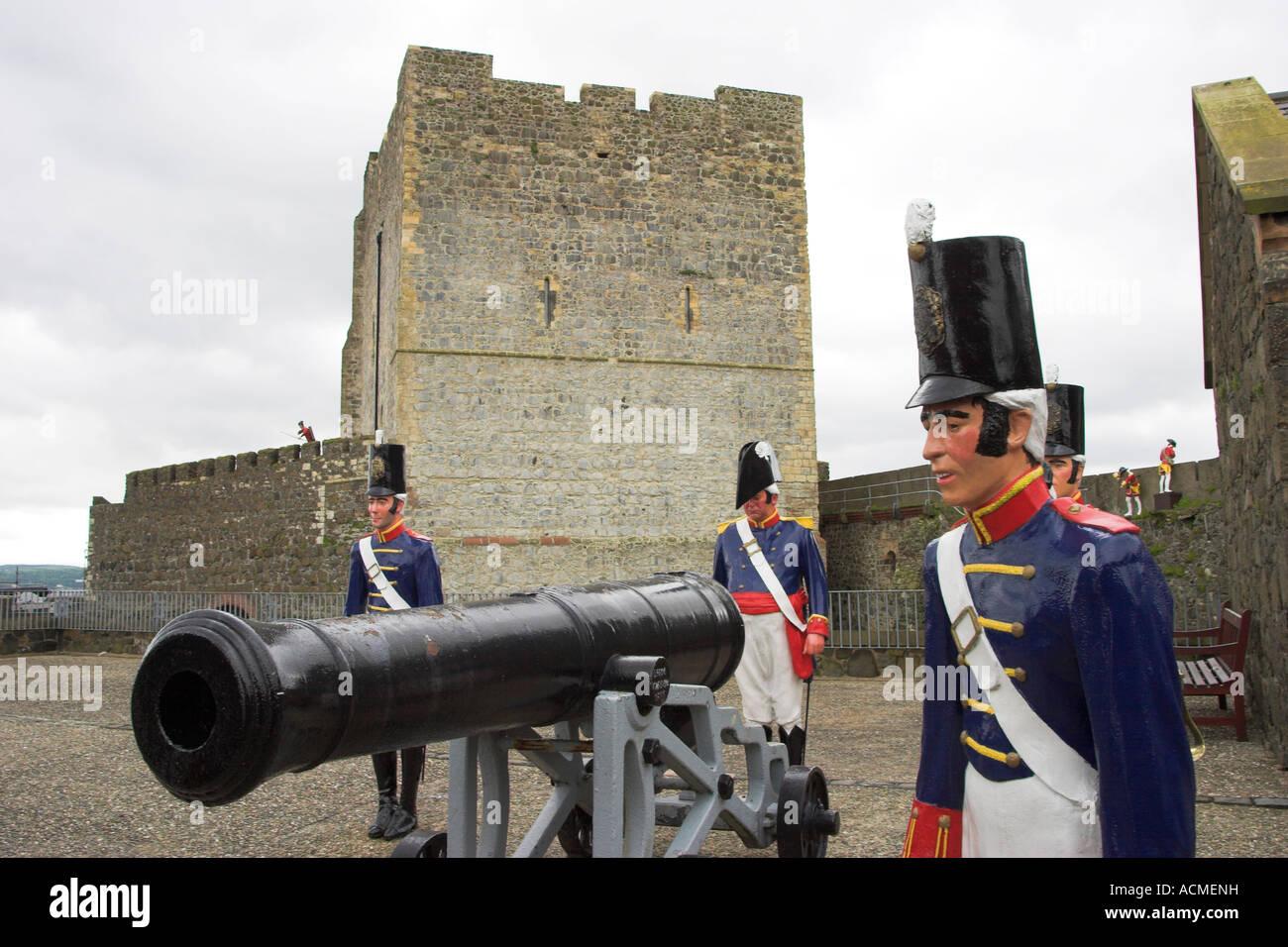 Début du xixe siècle les canons et les artilleurs de la batterie situé sur le Grand de Carrickfergus Castle Banque D'Images