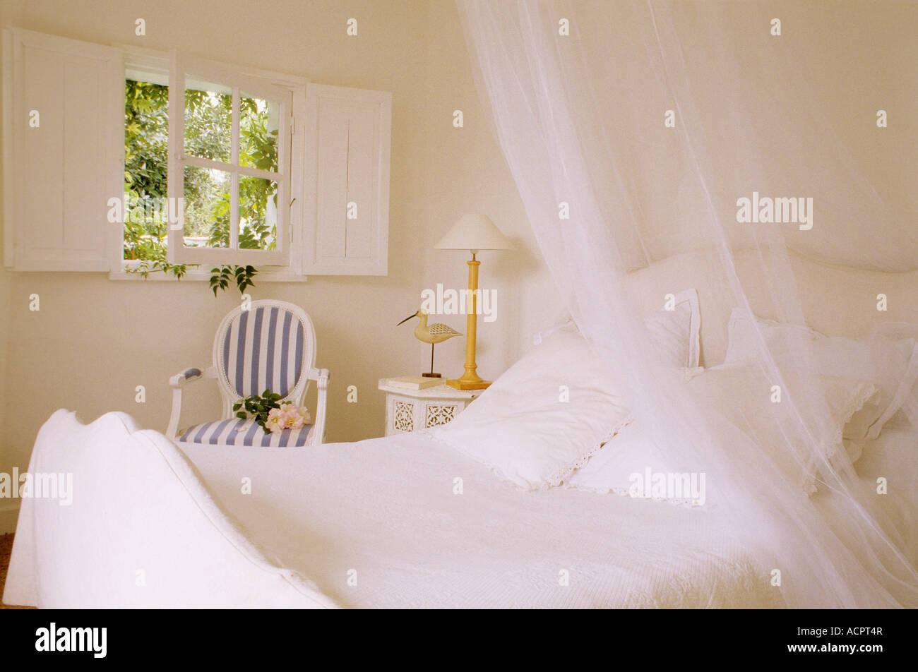 Chambre ambiance blanc fenêtre ouverte sur la verdure Photo Stock