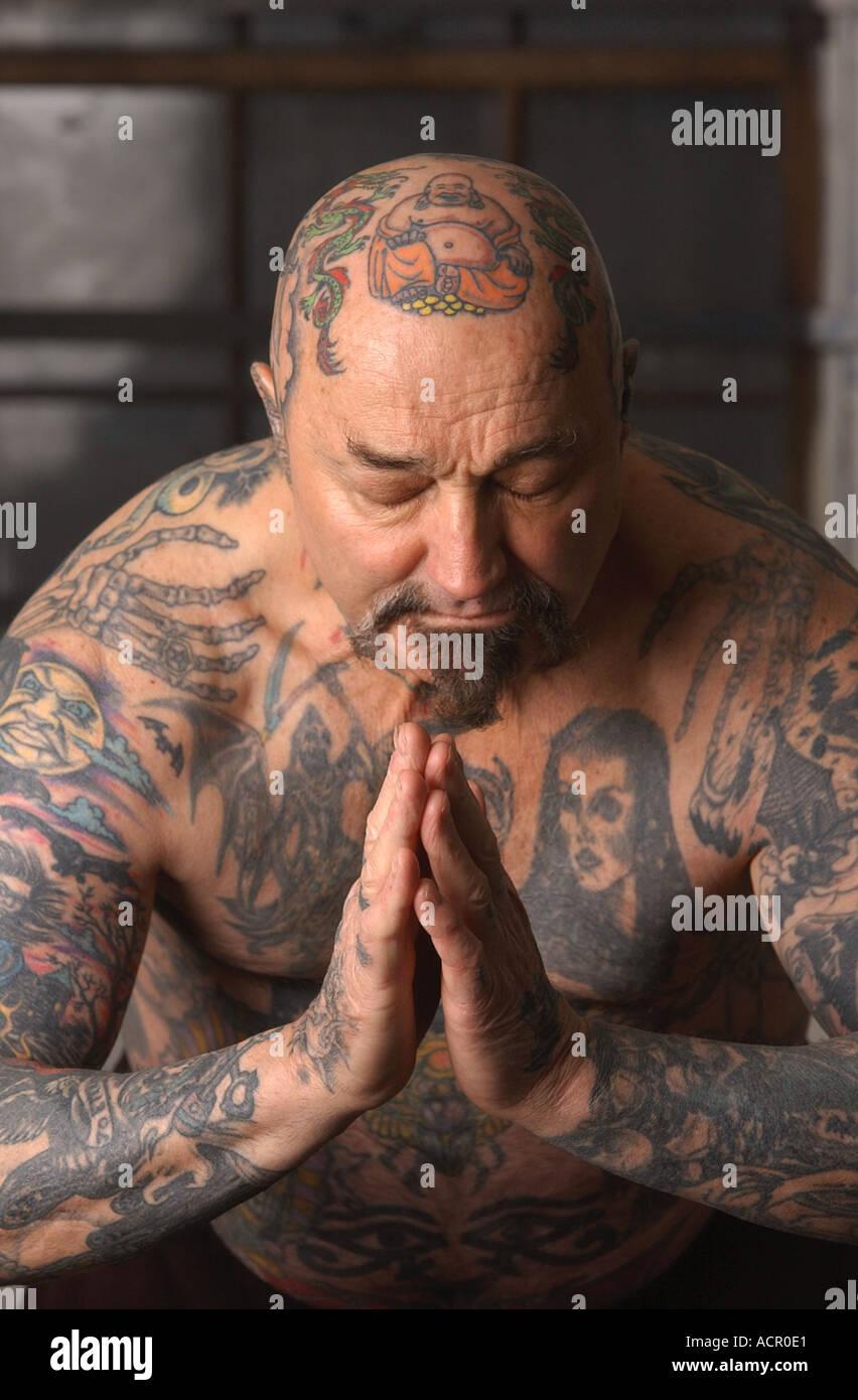 Homme 50 60 avec des tatouages sur tout le corps body art Photo Stock