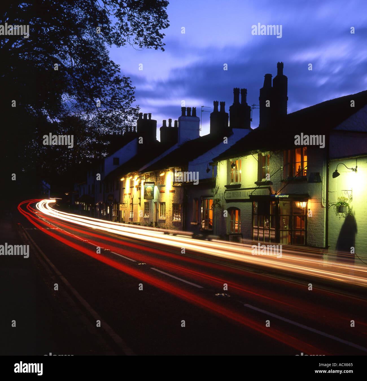 Les sentiers à travers la circulation de nuit Village Prestbury Prestbury près de Macclesfield Cheshire England UK Banque D'Images