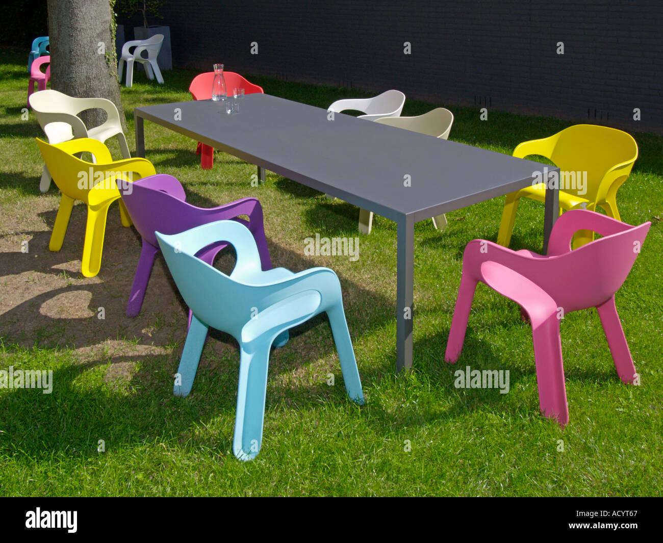 Beaucoup de chaises design en plastique gris autour d\'une grande ...