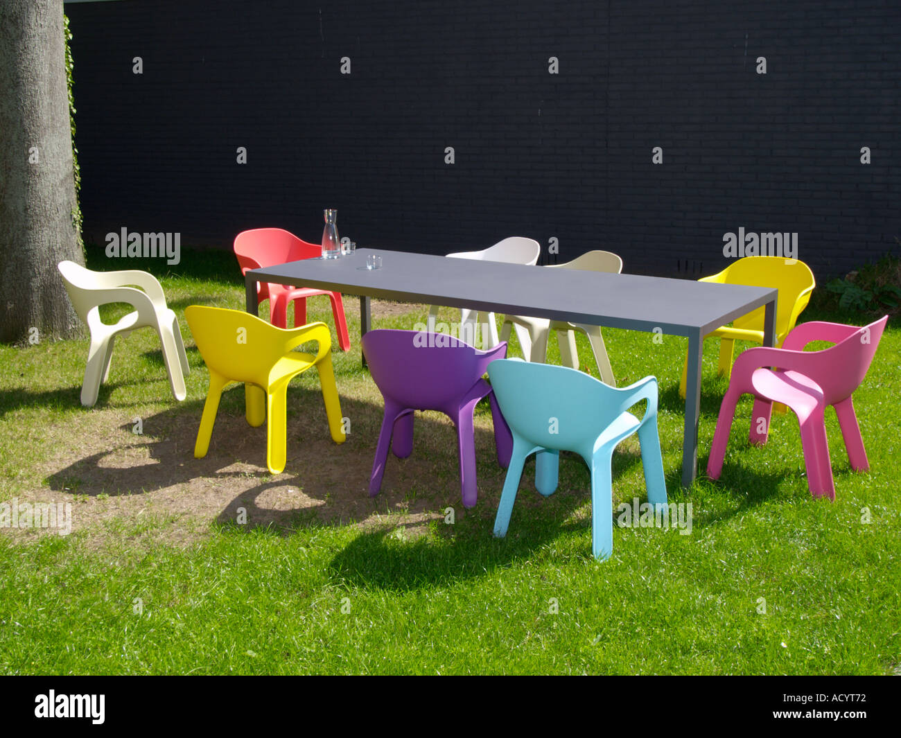 Conception en plastique de couleur vive neuf chaises autour ...