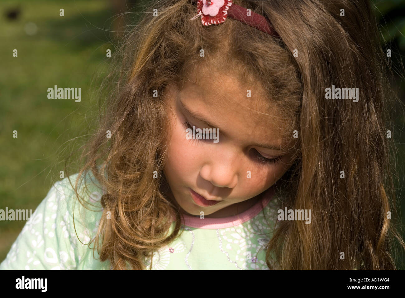 Petite fille gravement déprimés et embarassed Photo Stock