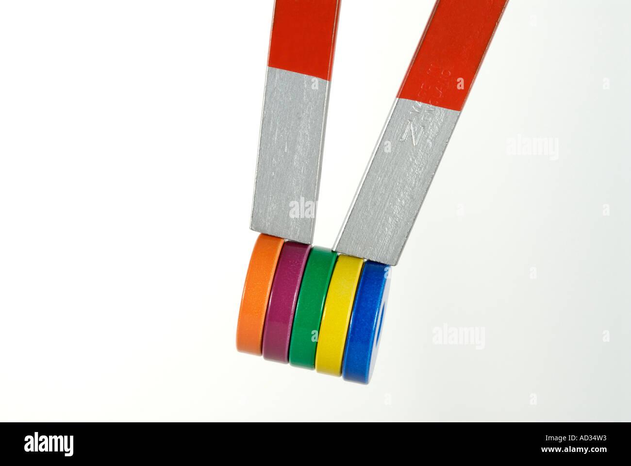 Aimant à deux pôles en forme de fer à cheval avec des aimants fixés Photo Stock
