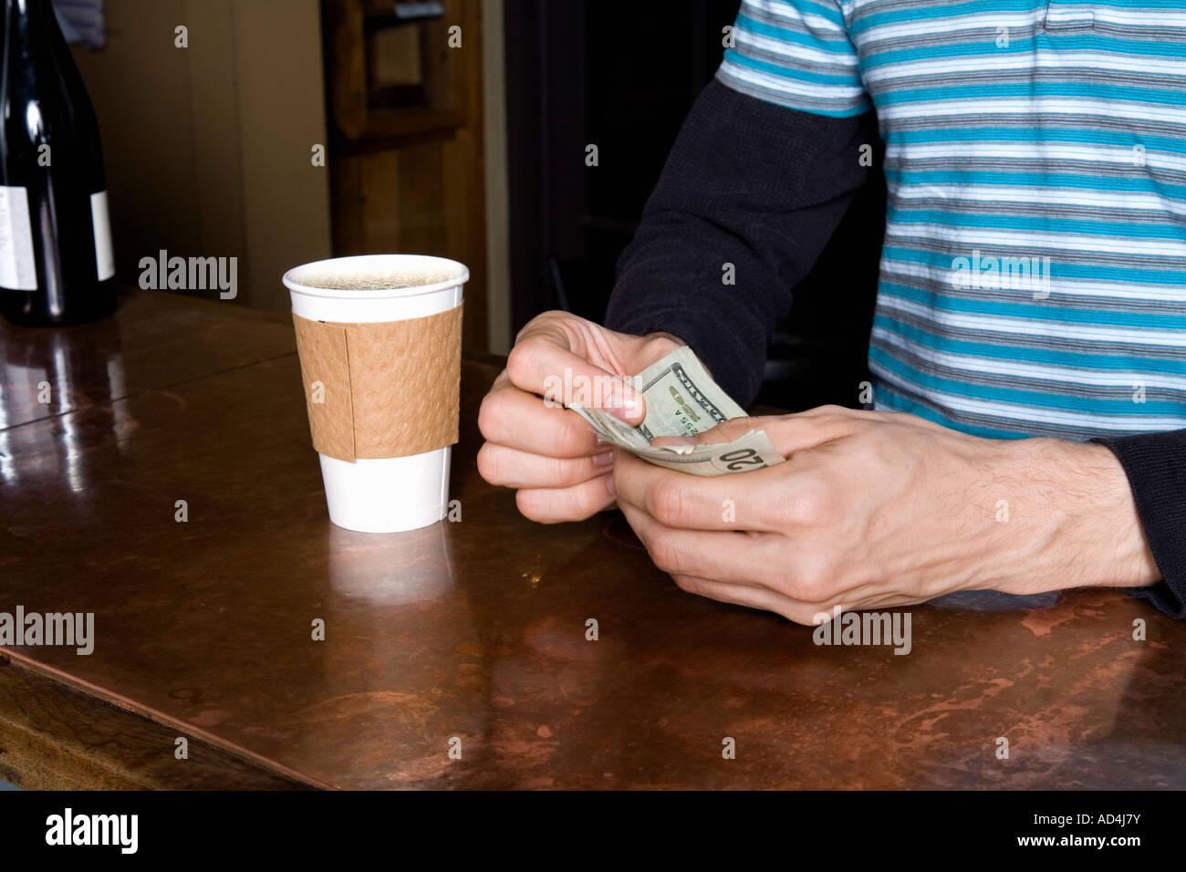 Le fait de payer un café à emporter Photo Stock