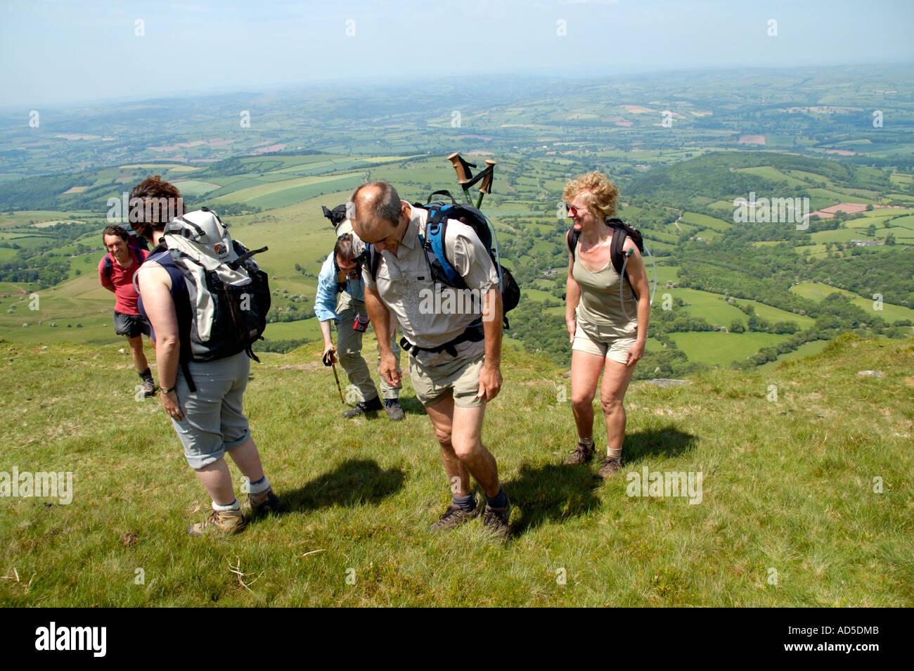 Visite guidée à pied de groupe dans le stylo Rhos Dirion Montagne Noire près de Pengenffordd Powys South Wales UK Banque D'Images