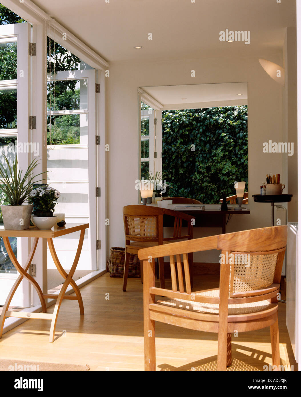 Fauteuil en bois et petite table sur parquet dans la salle à ...