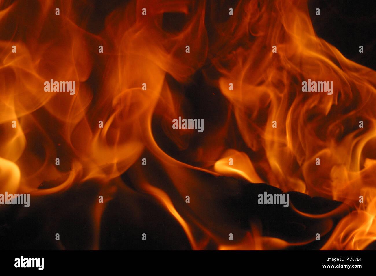 Les flammes de feu d'un feu de bois journal Photo Stock