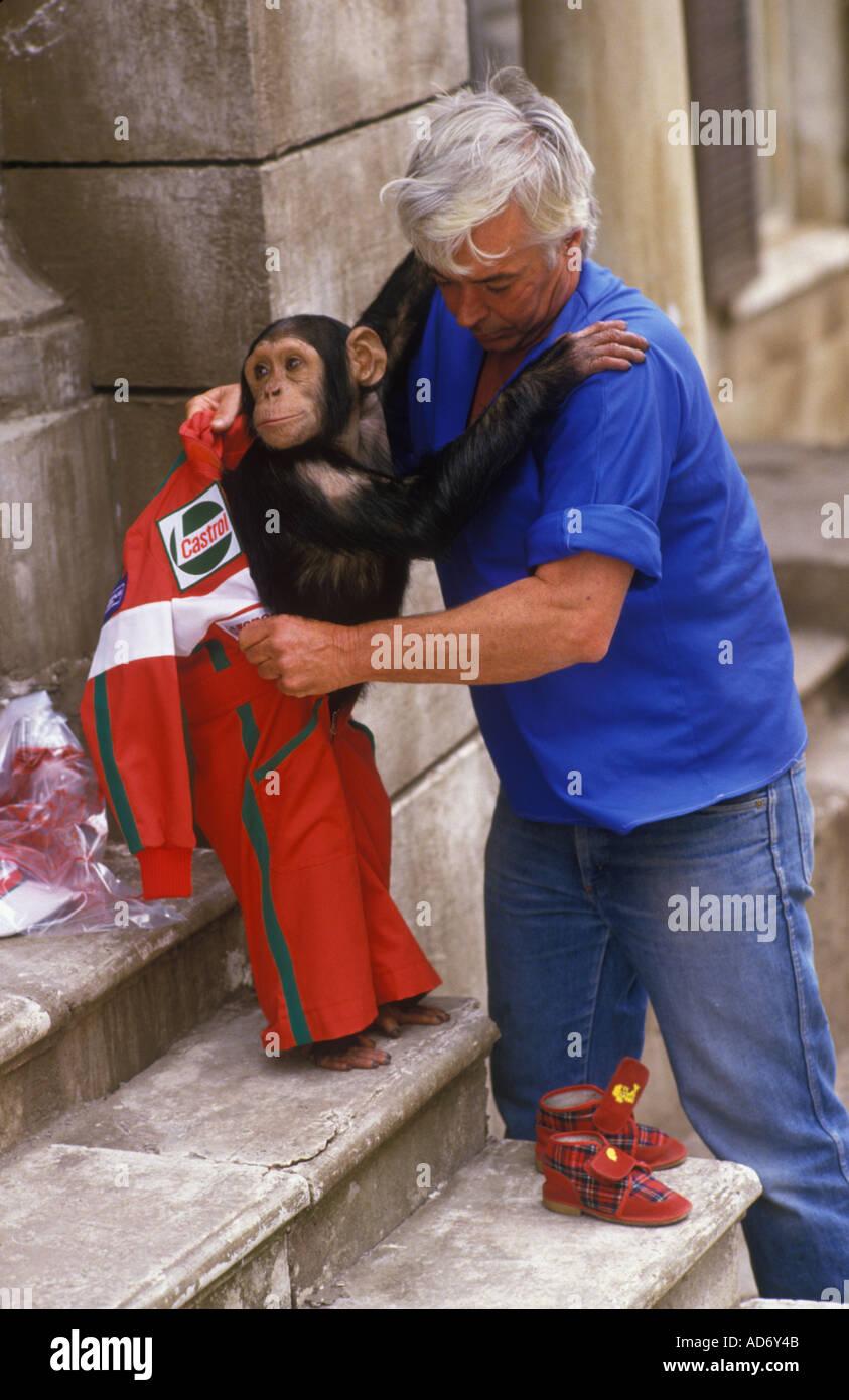 Les chimpanzés Sally et Nancy avec propriétaire anglais 1988 manutentionnaires Brook Bond Plateau annonce Rome. HOMER SYKES Photo Stock