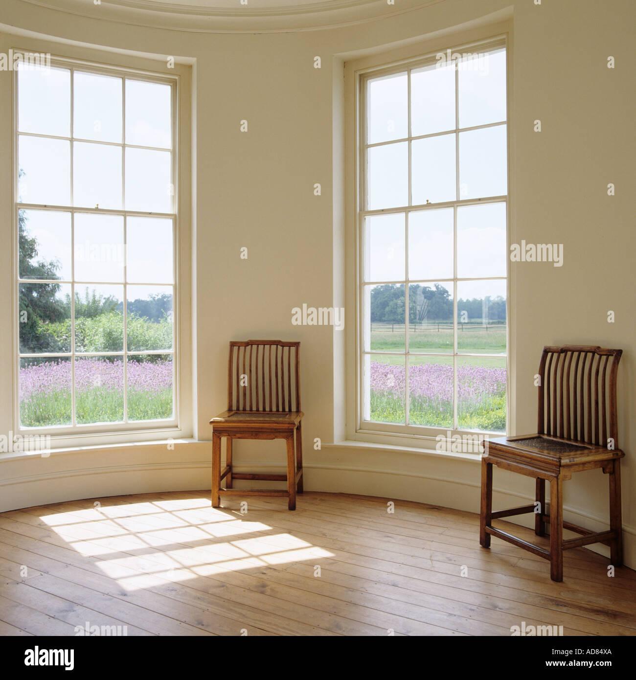 Vue sur Champs de lavande d'une salle vide avec fenêtres à panneaux Photo Stock
