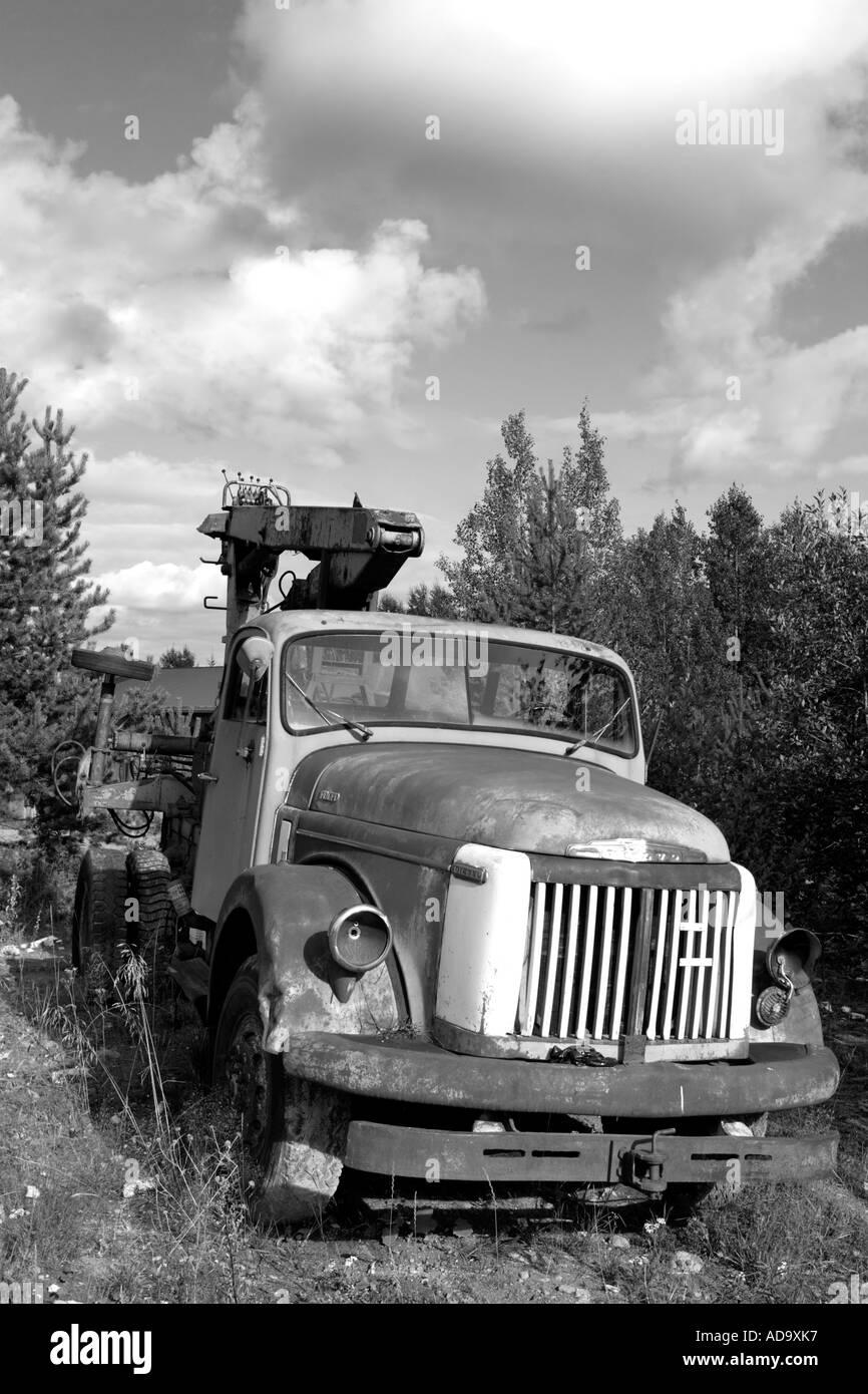 Vieux camion Volvo abandonné à la cour arrière Photo Stock