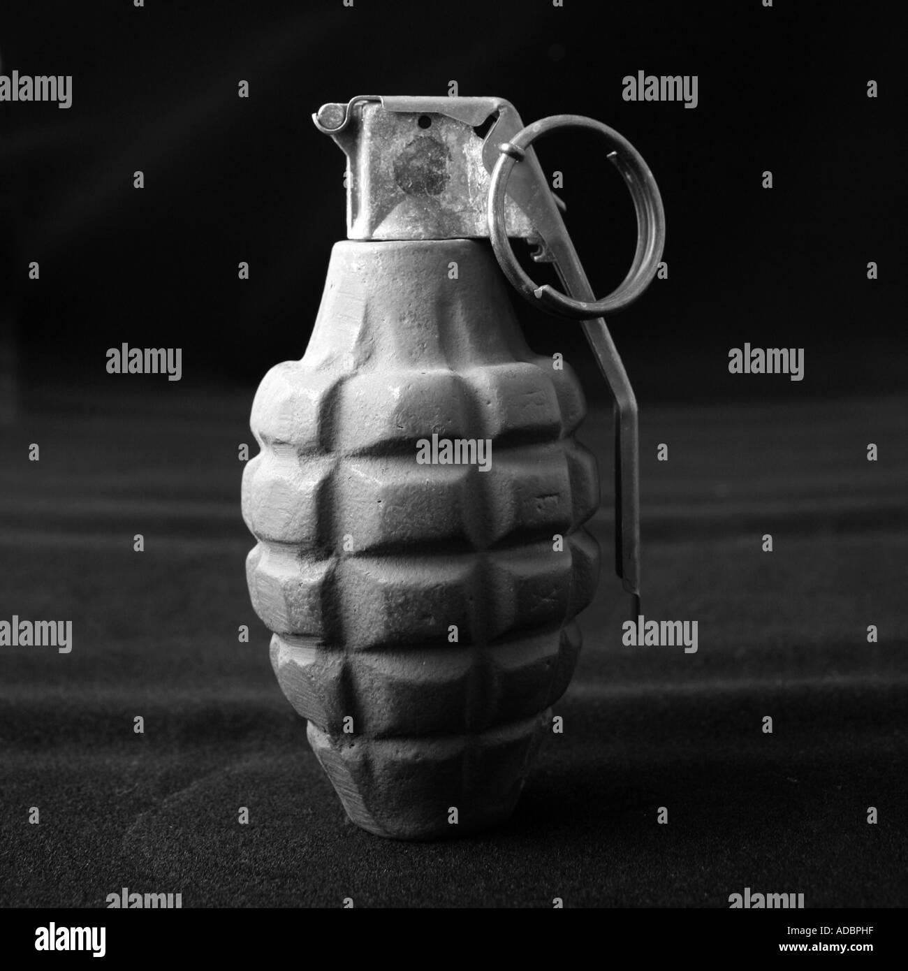 Une grenade à main simple style ananas sur fond noir Banque D'Images