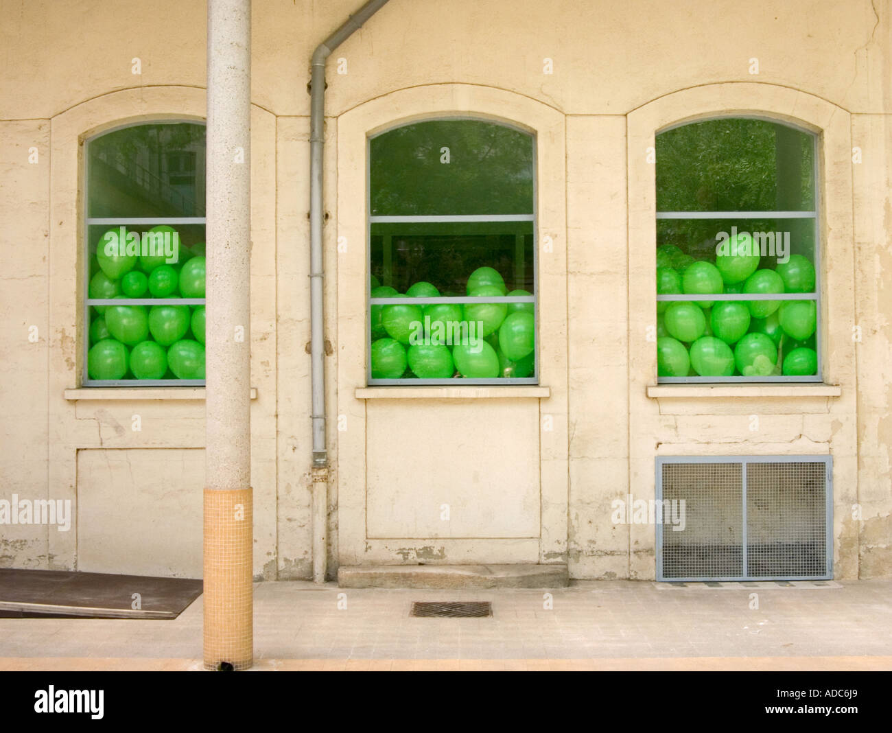 Martin Creed installation une façade avec trois fenêtres remplies de ballons vert Photo Stock