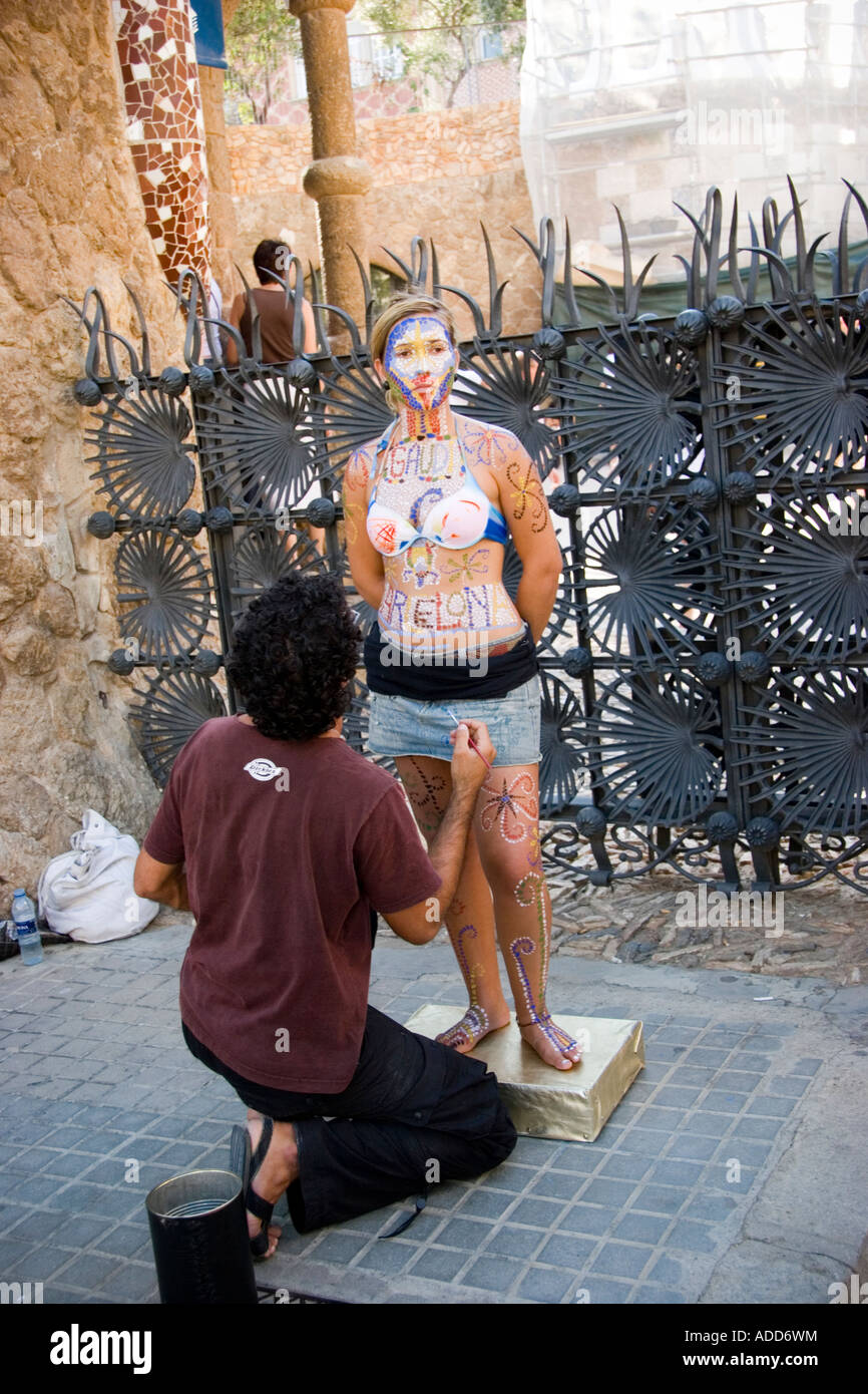 Les peintures de l'artiste l'art de corps sur femme au parc Guell Barcelone Espagne Photo Stock