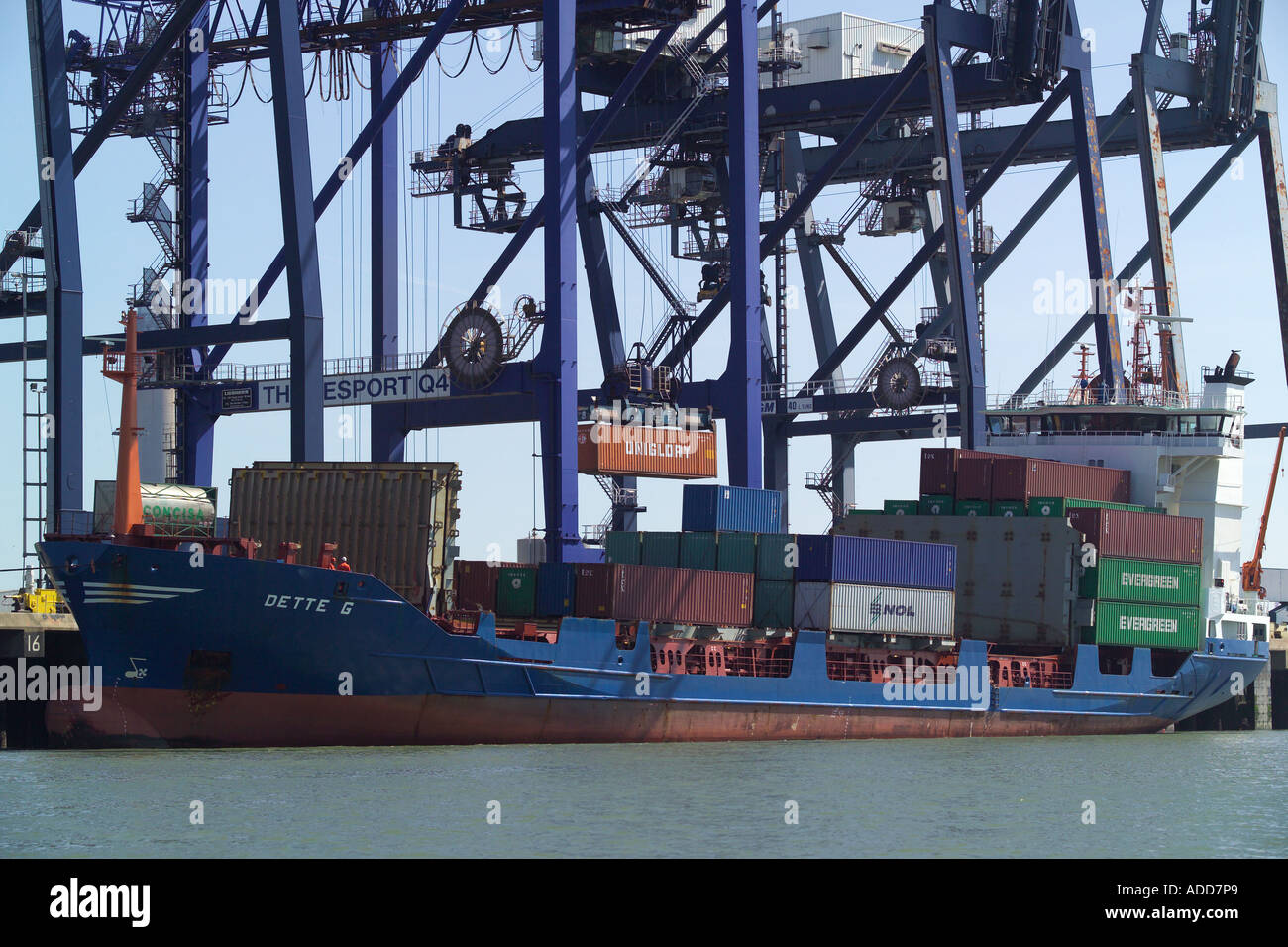 Porte-conteneurs Dette G le déchargement à l'thamesport dans la rivière Medway Thames Estuary Photo Stock