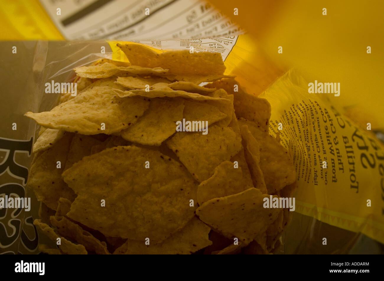 Un sac de croustilles au sel faite avec du maïs blanc au sol en pierre Photo Stock