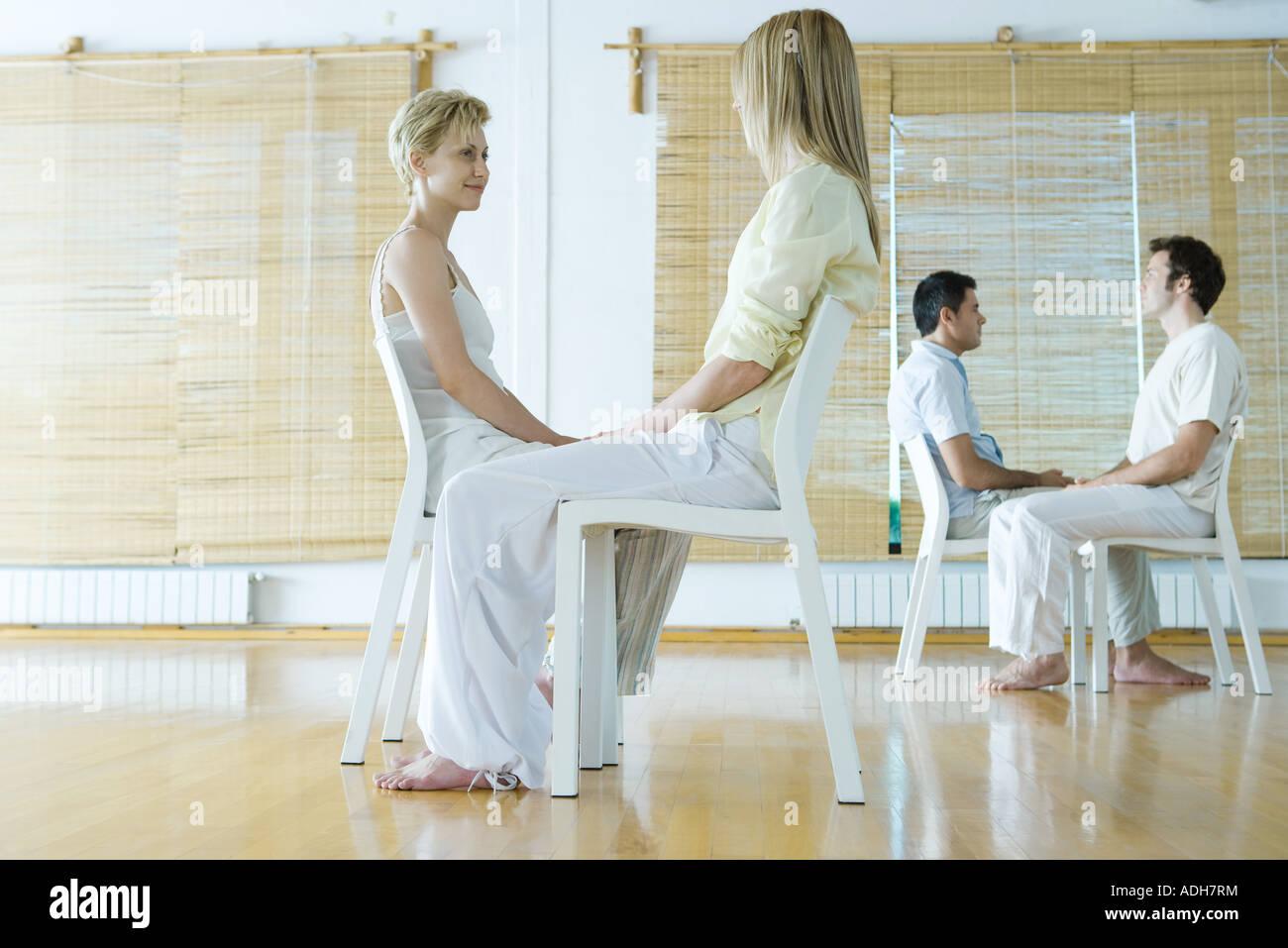 La thérapie de groupe, deux paires d'adultes assis face à face Photo Stock