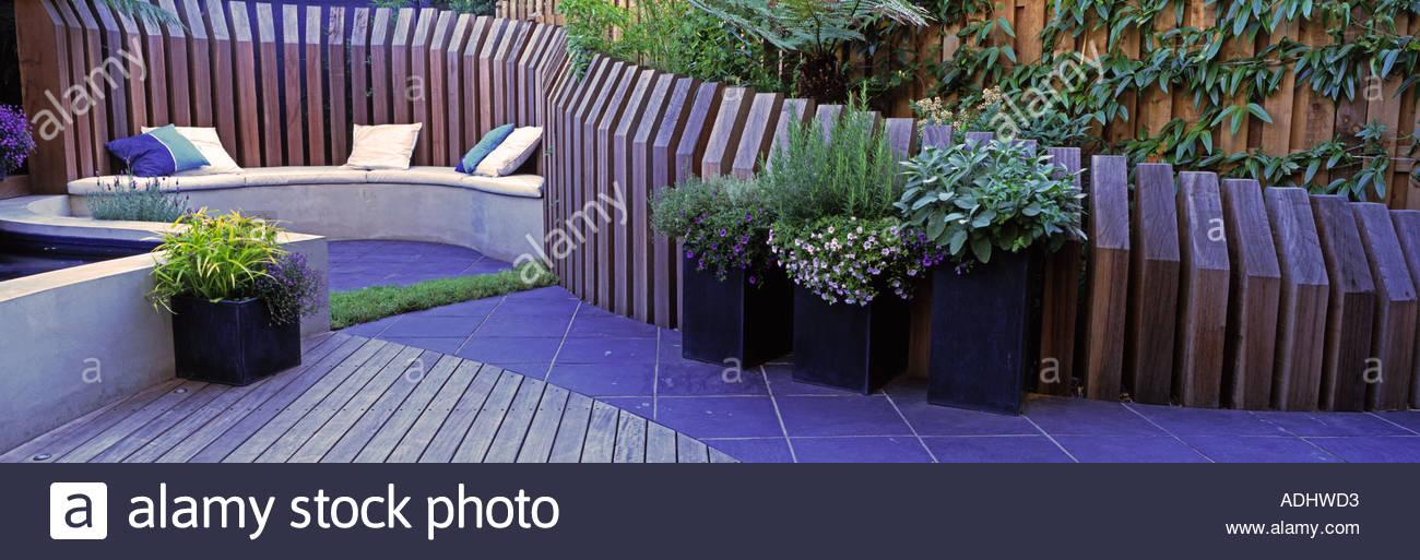 Jardin contemporain avec terrasse, coin et clôture Banque D\'Images ...