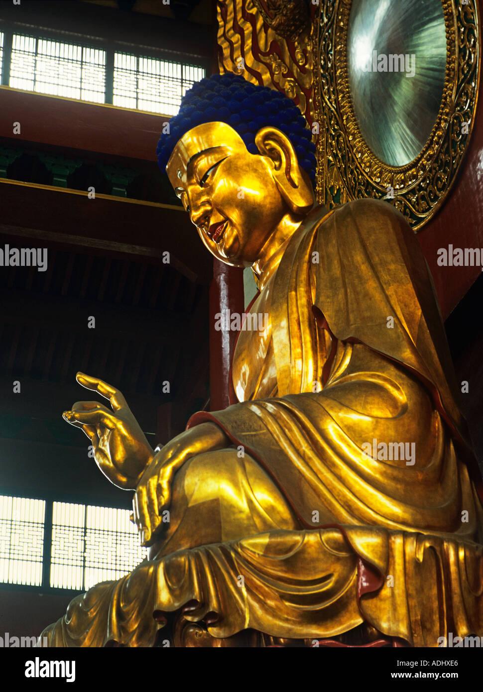 Temple Lingyin Hangzhou un Bouddha en or près de 30 pieds de hauteur dans l'endroit fondée par Hui Li il y a 1600 ans, Chine Banque D'Images
