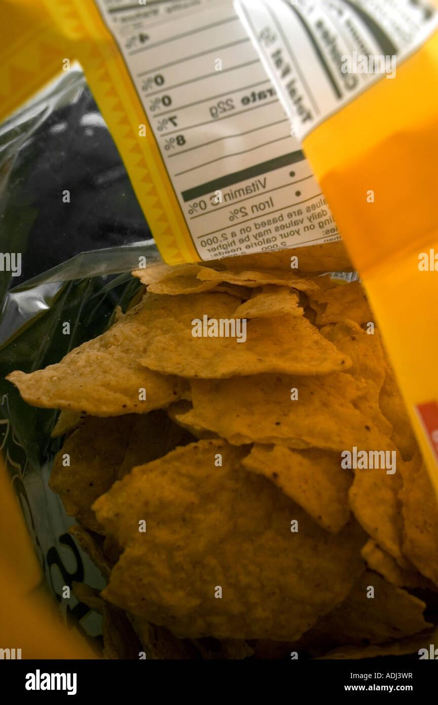 Un sac de croustilles au sel faite avec du maïs blanc au sol en pierre Banque D'Images