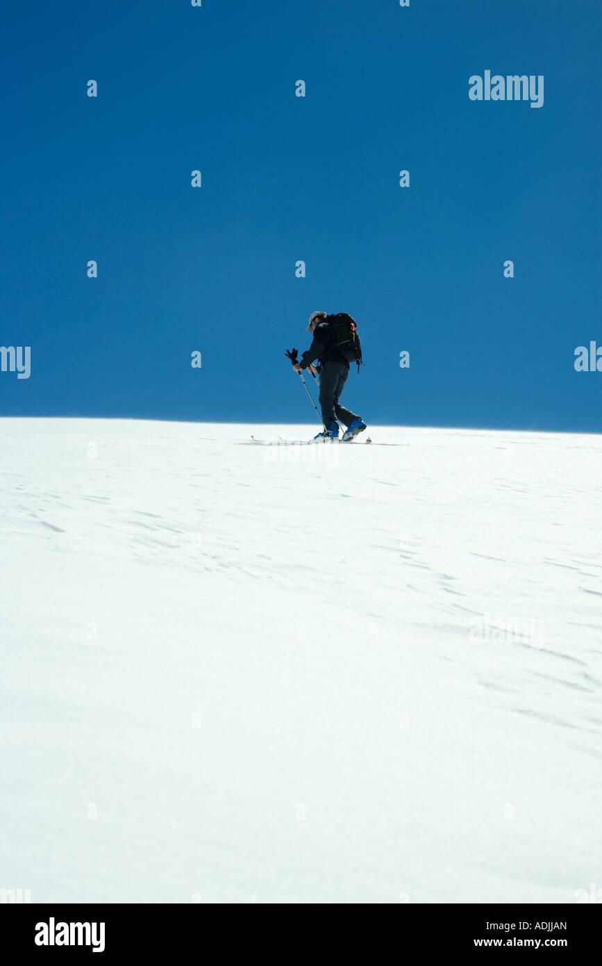 Comité permanent de la pente de ski, low angle view Photo Stock