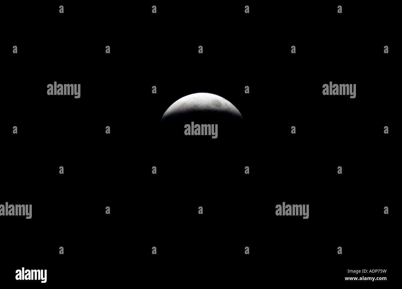 Près d'éclipse totale de la lune le Sud de l'Angleterre, Royaume-Uni Photo Stock