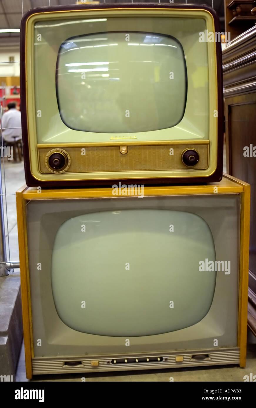 Ancien années 1960, le français 'Télévision' à vendre à 'Brocante' dans 'Paris France' T.V. Les produits anciens 'retro images' Photo Stock