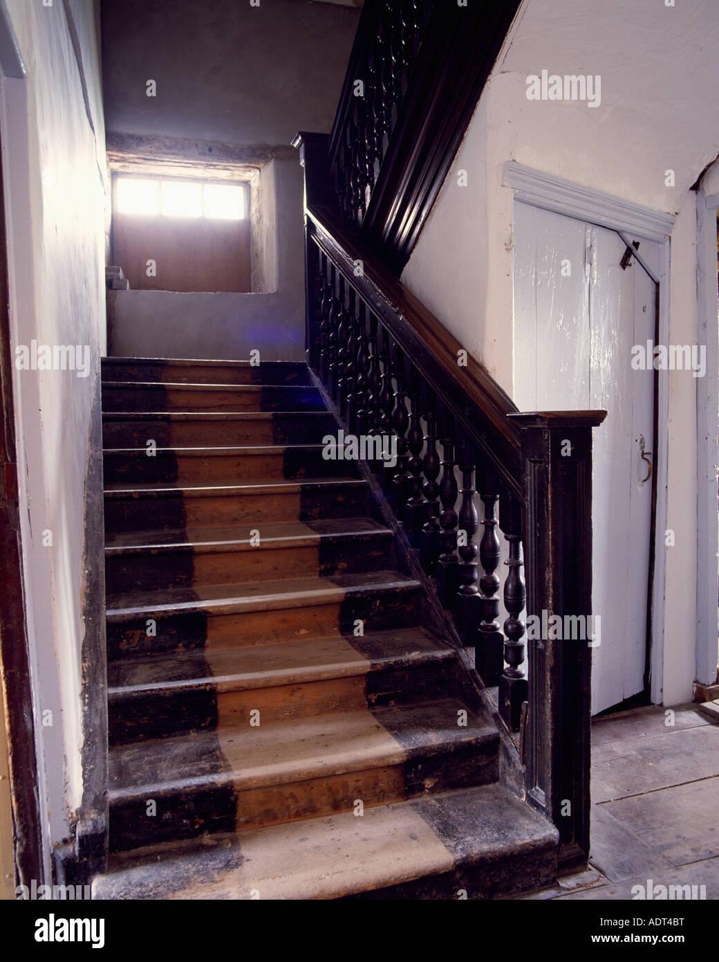 Ancien Escalier En Bois Avec Des Escaliers Et Balustrades En