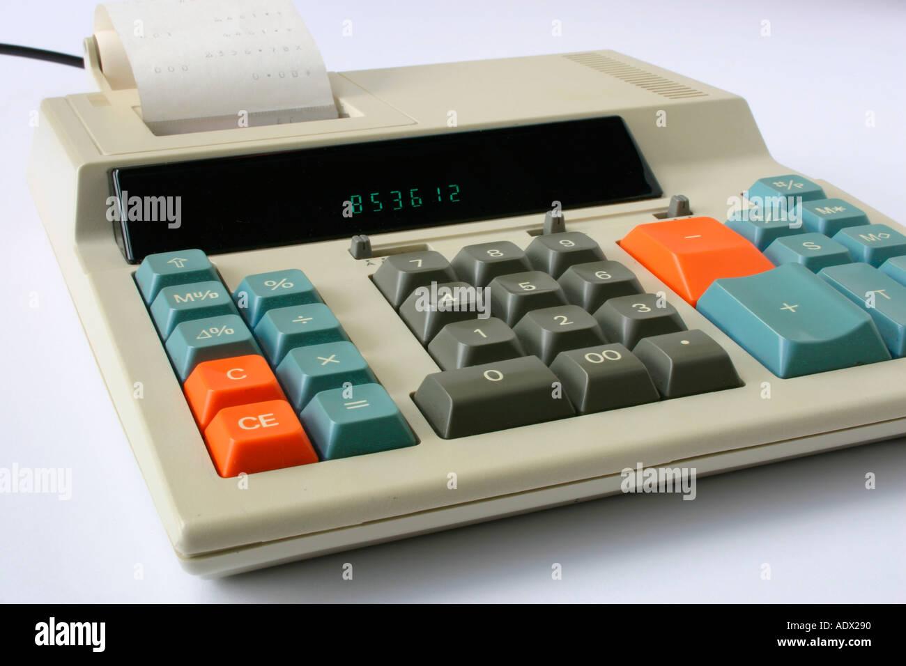 Un calculateur électronique des années 1980 à l'aide d'un rouleau de papier imprimé. Photo Stock