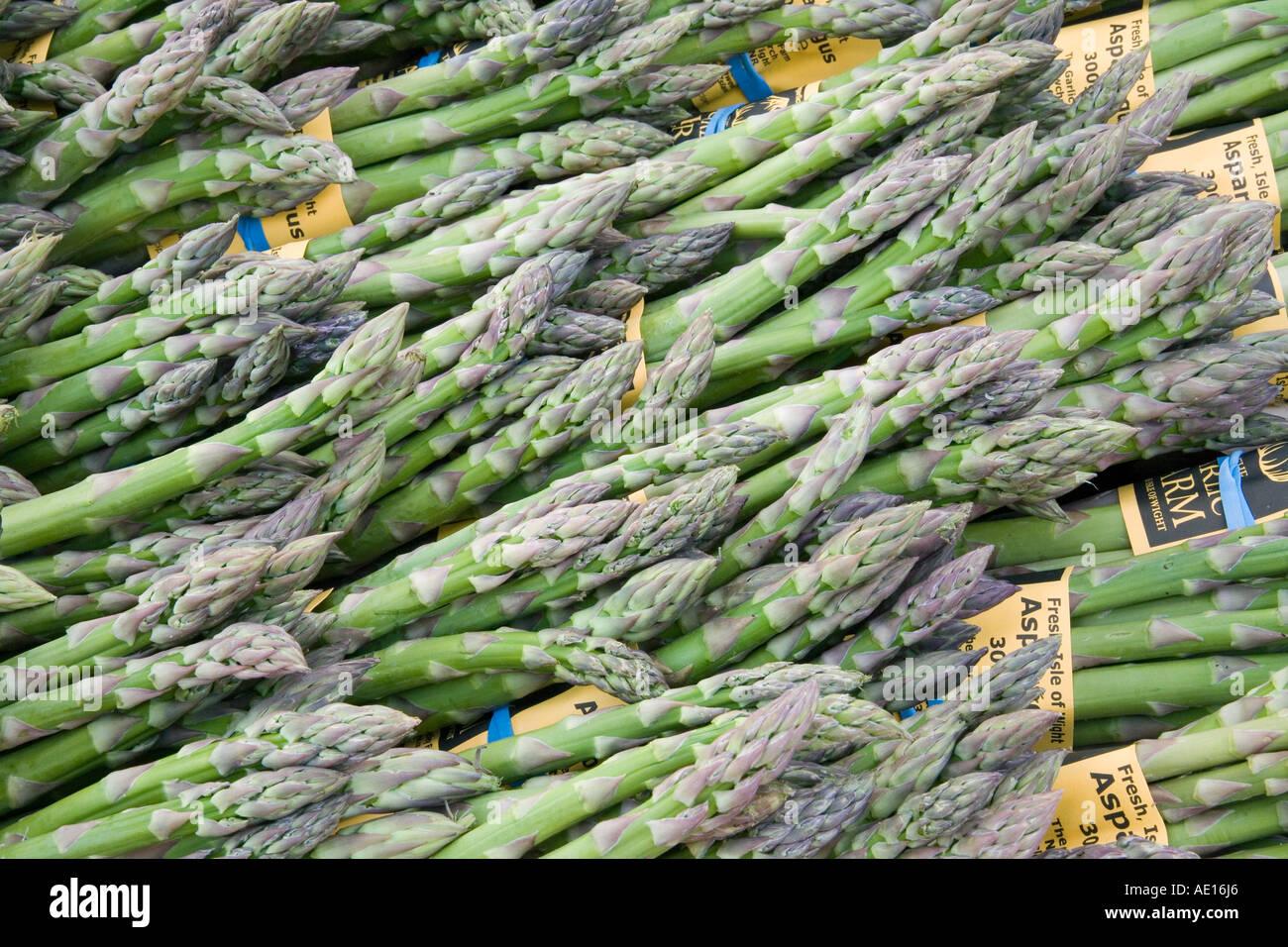 L'asperge (Asparagus officinalis) spears liés ensemble dans un groupe. Cette saison, est une bonne source d'acide folique, bêta- Photo Stock
