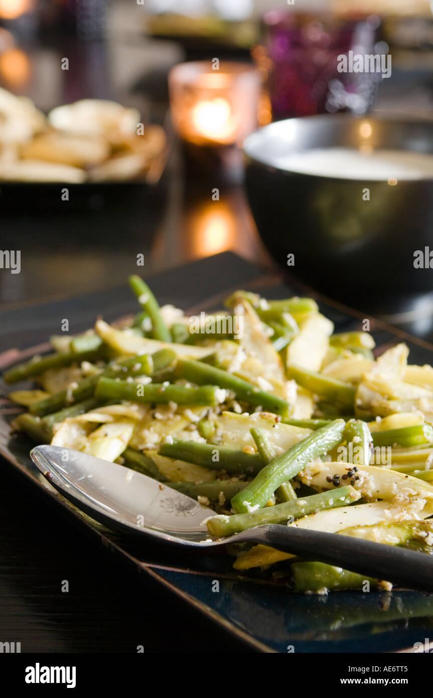 Un plat gastronomique avec des haricots verts Photo Stock