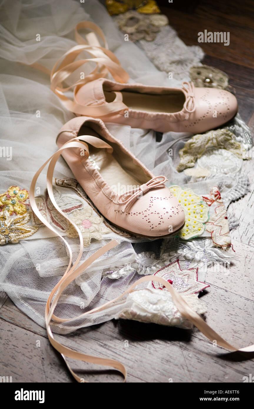 ee72218be7f34 L enfant chaussures de danse ballet sur morceau de lycra Photo Stock
