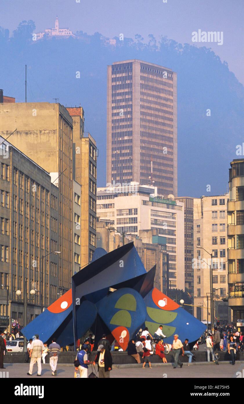 Scène de rue avec la sculpture moderne centre-ville de Bogota Colombie Photo Stock
